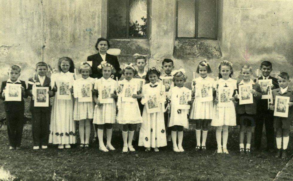 Spisovatel Miroslav Hule v roce 1956, svaté přijímání, před kostelem ve Zlivi stojí třetí zprava.