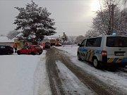 Osobní auto vjelo v sobotu dopoledne na železničním přejezdu pod mezinárodní expres z Českých Budějovic do Lince. Šofér vozidla vyvázl bez zranění.