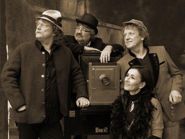 Folková skupina Nezmaři natočila nové album Stopy bláznů. Snímky do bookletu pořídila včeskokrumlovském Museu fotoateliér Seidel.