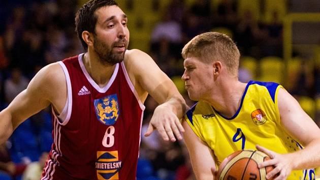 PRVNÍ VLAŠTOVKA. Jindřichohradečtí Lvi mají první výhru. Pavel Novák (vlevo) brání opavského Petra Dokoupila.