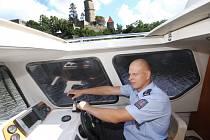 Policista nadpraporčík Tomáš Souhrada z obvodního oddělení ve Zvíkovském Podhradí se při jízdě po řece Otavě a hladině vodní nádrže Orlík dostává také pod hrad Zvíkov.