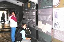 Putovní výstavu v Českých Budějovicích, kterou skrýval armádní stan (na velkém snímku), slavnostně zakončila ministryně obrany Vlasta Parkanová.