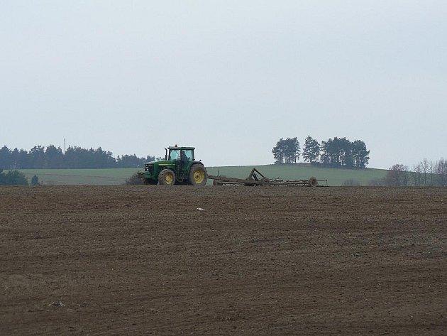 Zemědělci při polních pracech využívají každý den pěkného počasí.