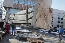 Betonový pomník zřejmě z 80. let stával před budějovickou konzervatoří. Nyní se přestěhoval do depozitáře muzea.