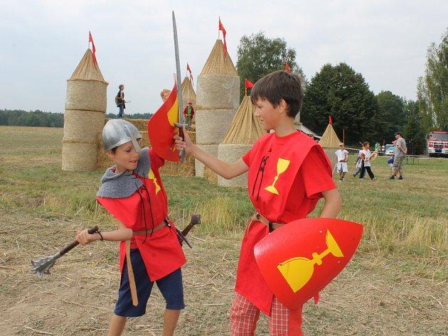Bitvu o hrad si před Slamburkem nacvičovali  Honza Havlis (vpravo) a Tobiáš Machalík.