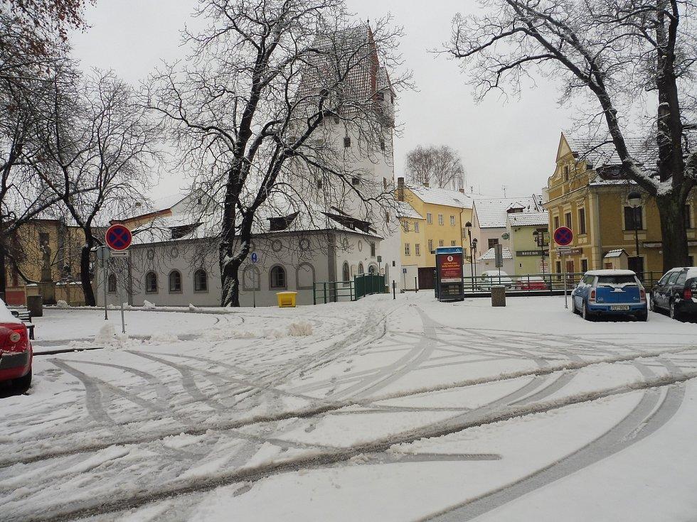 České Budějovice se v noci na neděli 3. února pokryly sněhem.