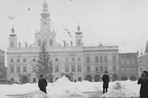 První vánoční strom se před budějovickou radnicí objevil v roce 1925. Tento snímek pochází pravděpodobně z konce 30. let minulého století.
