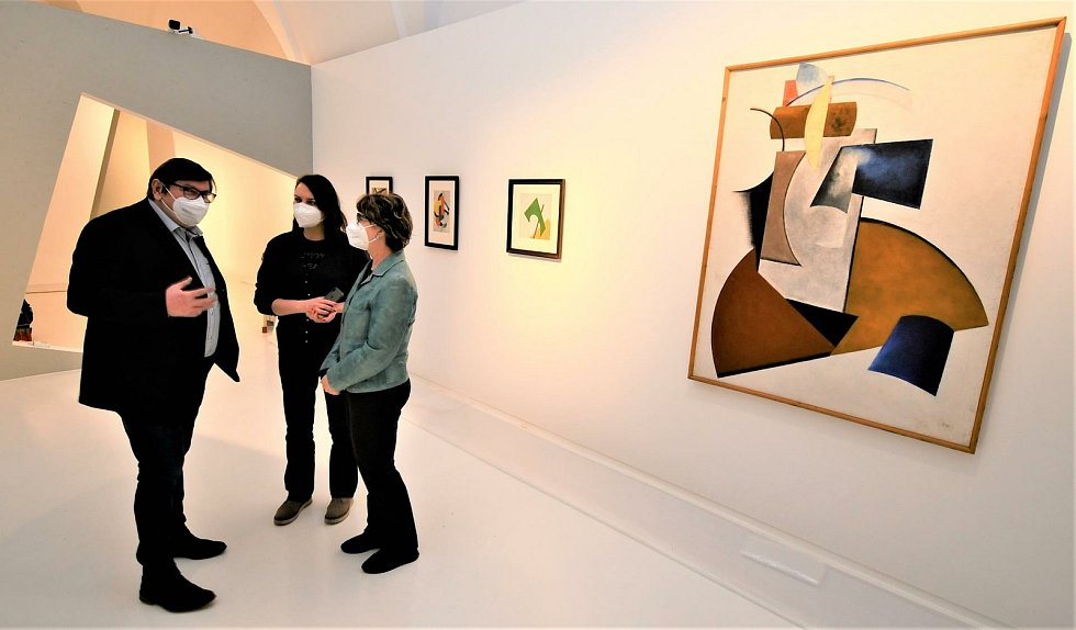 Instalace unikátní výstavy Malevič-Rodčenko-Kandinskij a ruská avantgarda v Alšově jihočeské galerii.