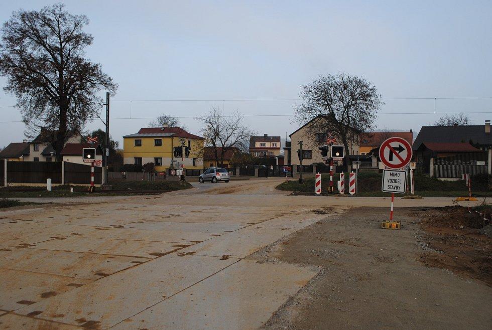 Výstavba D3 ve Vidovské ulici, kde se dálnice bude křížit se železniční tratí, která povede po novém mostě.