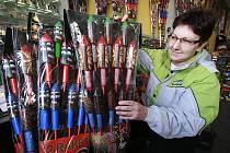 Před silvestrovskou nocí míří řada lidí do obchodů pro zábavní pyrotechniku. Před nákupem by měli především zkontrolovat, zda má zboží na obalu symbol kvality, datum spotřeby a český návod. Na snímku Kateřina Brožová z obchodu v Českých Velenicích.