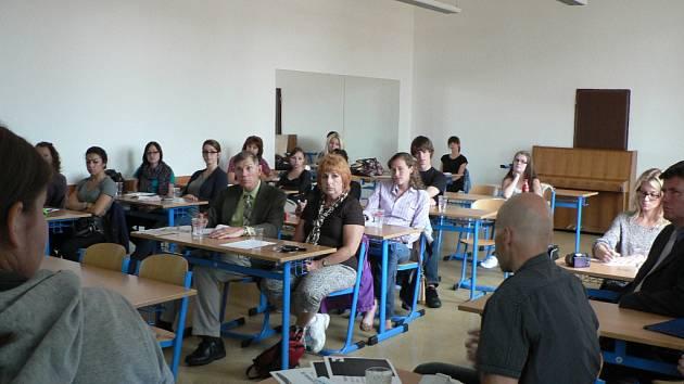 Budoucí zdravotníci z USA sledují prezentace na SŠZ a VOŠZ v Č. Budějovicích.