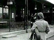 Kamera se hned zpočátku zaměří na nádraží: ceduli s označením města, příchod na první peron.