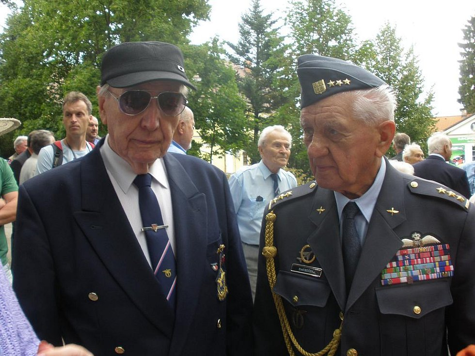 Hrdinové (zleva) Alois Dubec a Emil Boček.