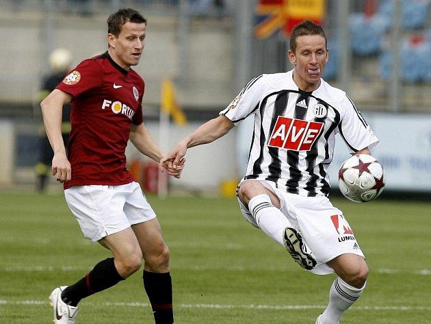 Petr Benát v jarním utkání Dynama se Spartou bojuje o míč s Igorem Žofčákem.