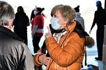 Centrální sklad ochranných prostředků na letišti v Plané navštívila jihočeská hejtmanka Ivana Stráská.