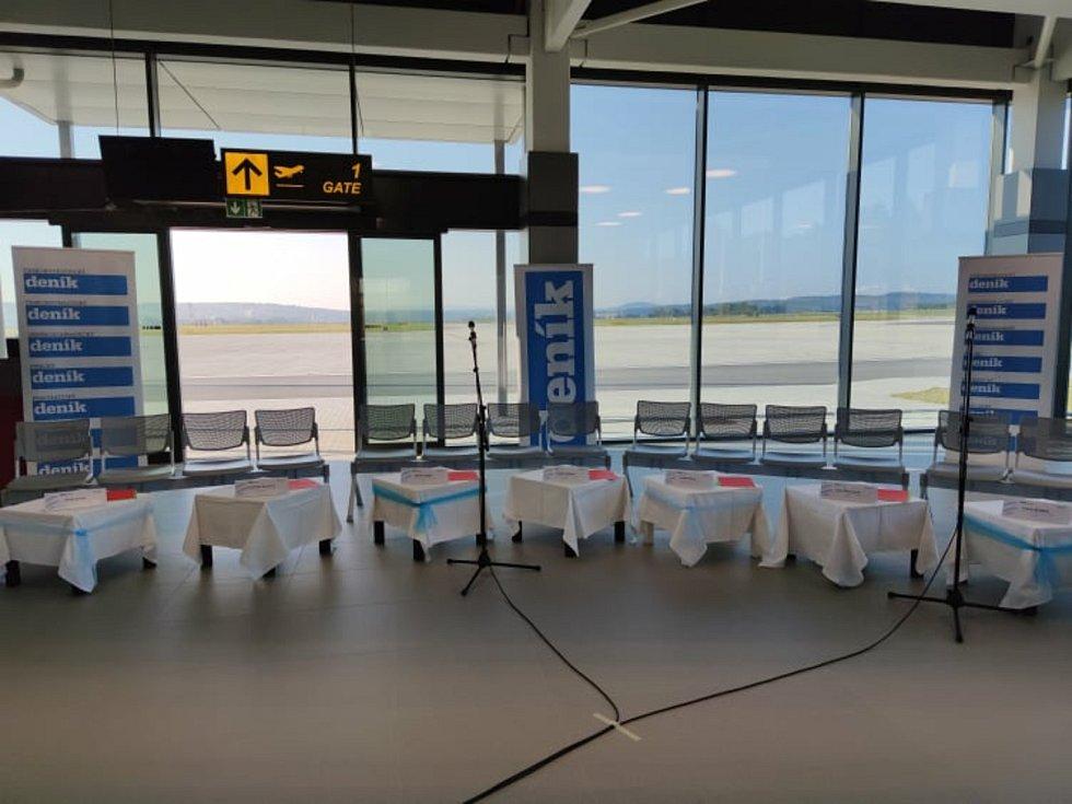 Debata kandidátů na post hejtmana v terminálu českobudějovického letiště.