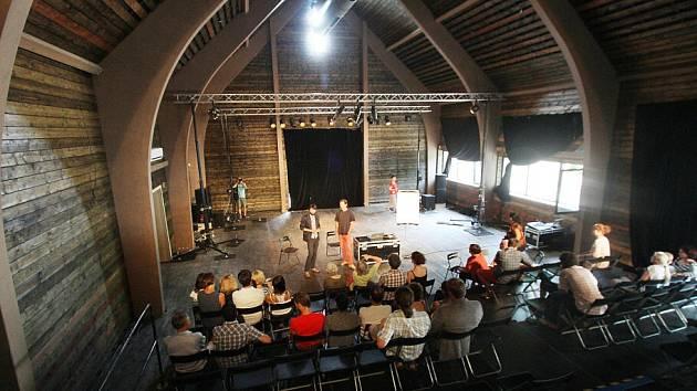 Divadlo Continuo otevřelo po roční přestavbě své sídlo v Malovicích na Prachaticku. Vzniklo kulturní a pedagogické centrum. Na snímku nový multifunkční sál veliký 12 na 18 metrů, vysoký deset metrů, který má odpruženou podlahu.