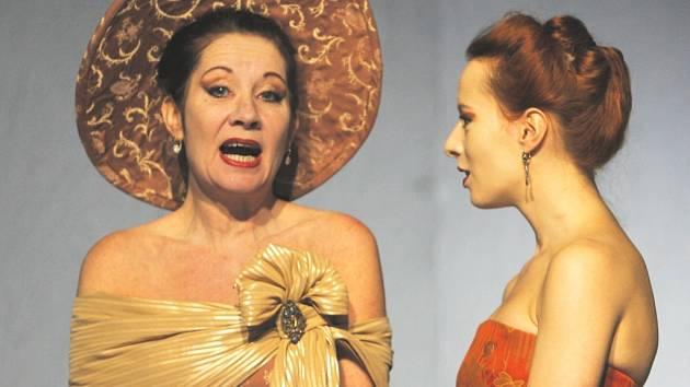 MARKÝZA DE MERTEUIL. O zkaženosti své postavy přesvědčuje Teresa   Branna (zprava) v roli této bezcitné  intrikánky. Na snímku s Věrou Hollou.