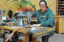 Mladý mistr dělá na starém stroji.