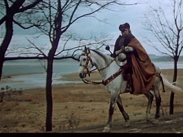 Záběr z filmu Jan Žižka, který se zčásti natáčel na jihu Čech. Žižka na koni obhlíží terén.