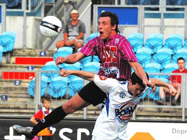 Poprvé v lize získali fotbalisté Dynama kladenský skalp – a to díky jednoznačné výhře 3:0. Hosty přeskočili neméně rázně, jak to předvádí Petr Šíma na snímku ze vzdušného souboje s Bartkem.