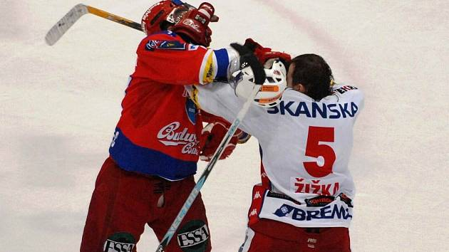 Kamil Brabenec (vlevo) ve vítězné bitce se slávistou Tomášem Žižkou.
