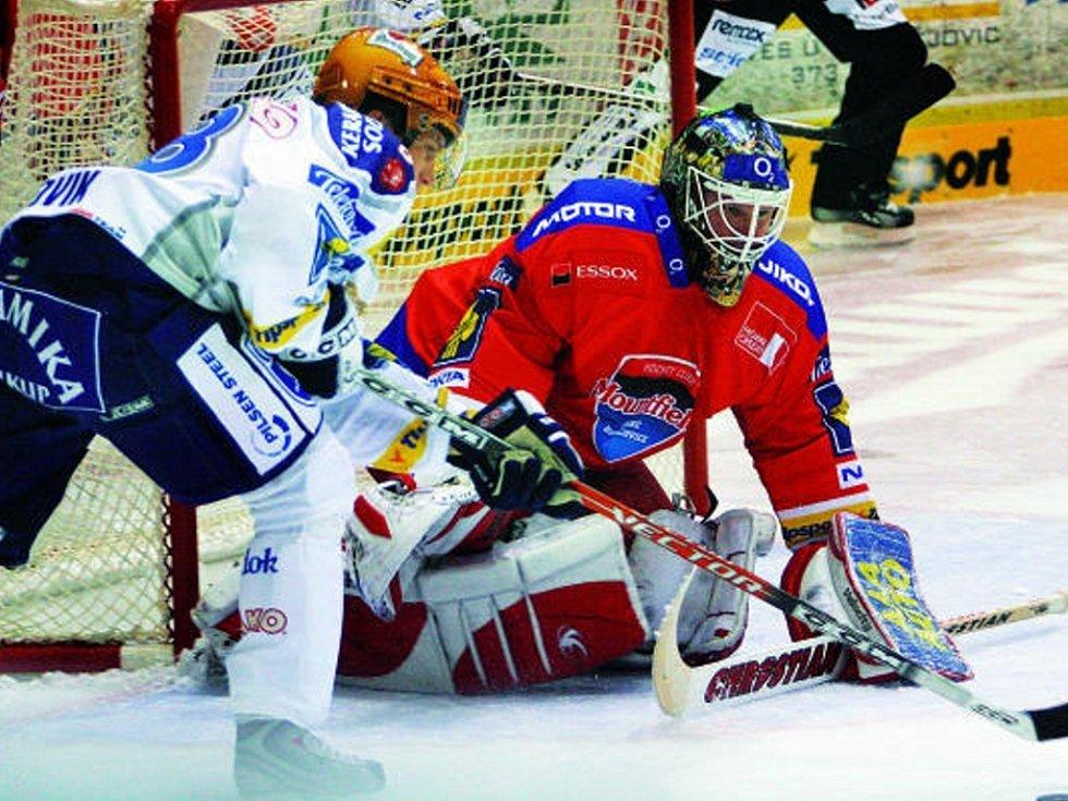 Roman Turek zachraňuje svůj tým před plzeňským Ludvíkem. V prvním letošním extraligovém domácím utkání vyhrál HC Mountfield České Budějovice nad Plzní 3:1.