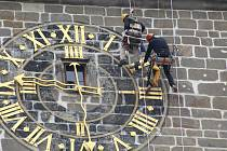 Horolezci natírají ciferník Černé věže