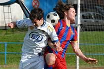 Milevský Bozděch v divizním zápase s Kolovečí bojuje s hostujícím Gabrielem. O víkendu fotbalové soutěže v kraji pokračují.