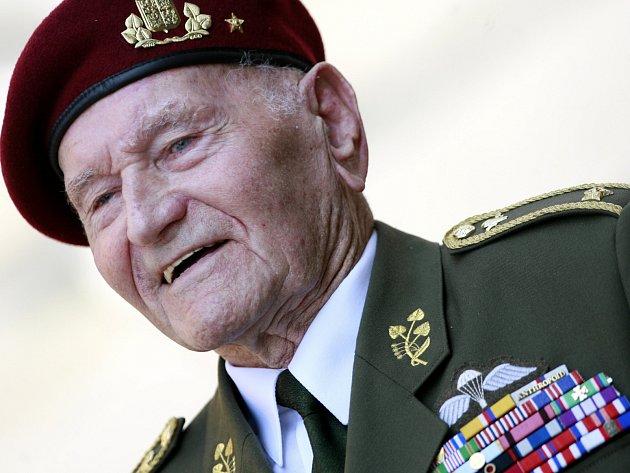 Brigádní generál Jaroslav Klemeš je posledním žijícím parašutistou z Anglie, který za války seskočil do protektorátu Čechy a Morava. Z republiky utíkal jako sotva osmnáctiletý kluk.