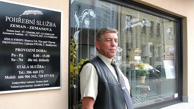 Šestapadesátiletý Josef Zeman je prvním Jihočechem, který vystudoval obor podnikání se zaměřením na pohřební služby. Zeman tu svou provozuje poblíž budějovické nemocnice. V praxi oceňuje hlavně poznatky z psychologie.