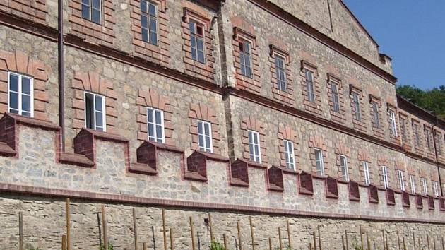 Historická památka v Hluboké nad Vltavou dnes z poloviny slouží jako hotel.