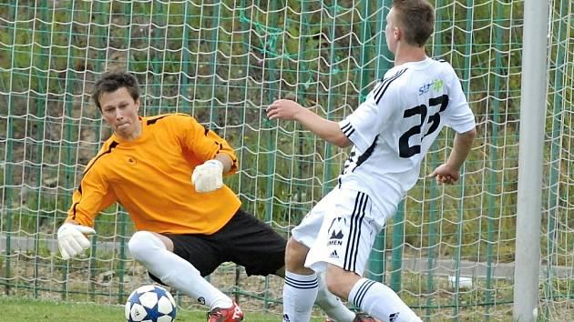 Zdeněk Linhart byl se čtrnácti góly nejlepším střelcem devatenáctky Dynama v I. lize dorostu (na snímku z přípravy A-týmu Dynama v Lažišti před domácí brankou).