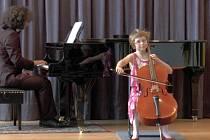 Osmiletá Petra Meisl z Českých Budějovic sklízí velké úspěchy ve hře na violoncello.