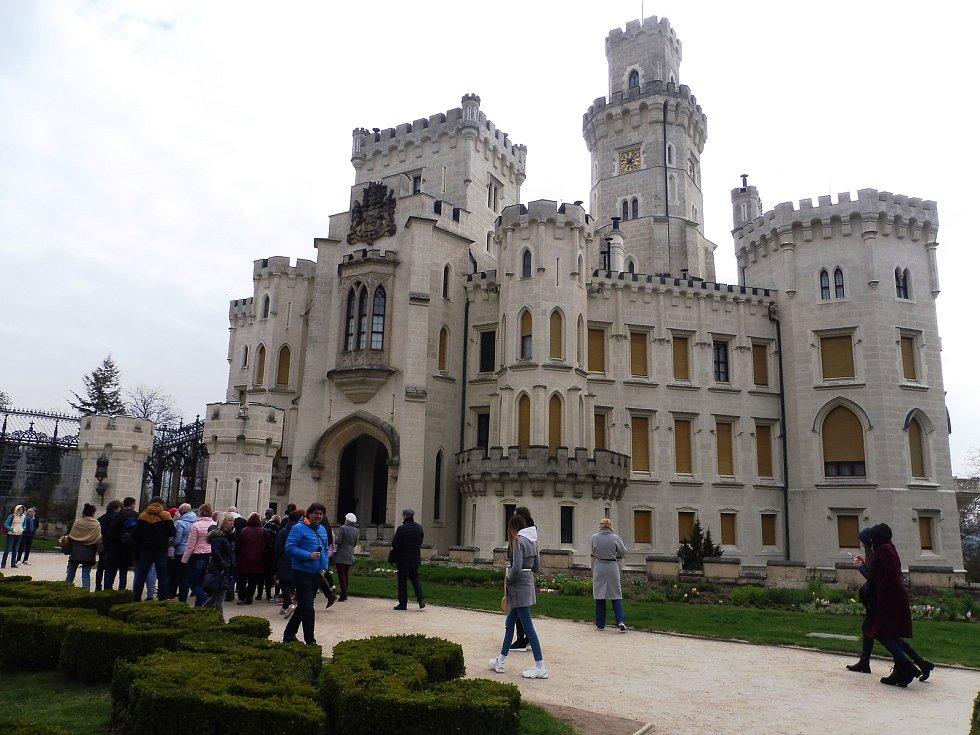 V Alšově jihočeské galerii v Hluboké nad Vltavou je nově dostupný automatizovaný externí defibrilátor. Ten může být klíčový při záchranně života návštěvníka galerie, parku či hlubockého zámku.
