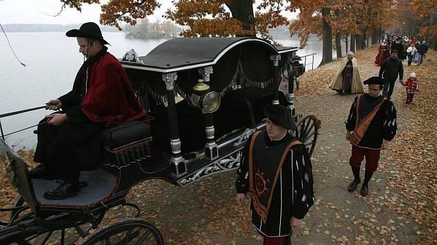 Přesná rekonstrukce pohřbu včetně procesí a smuteční hostiny v Třeboni připomněla 4. listopadu čtyrřsetleté výročí od úmrtí posledního Rožmberka Petra Voka. Pohřeb začal v Erbovním sále na zámku výstavou pohřebních květinových vazeb.