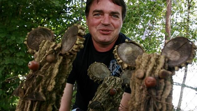 Petr Vitoň má v Třeboni 'zahradní galerii' plnou dřevěných zvířat. Fotí si je děti i dospělí.