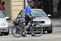 Strážníci v Týně nad Vltavou si za půlmilionový šek od jaderné elektrárny zakoupí nové služební auto, nebudou se už tak muset spoléhat jen na jízdní kola.