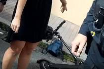 První pomoc ženě při pádu z elektrokoloběžky.