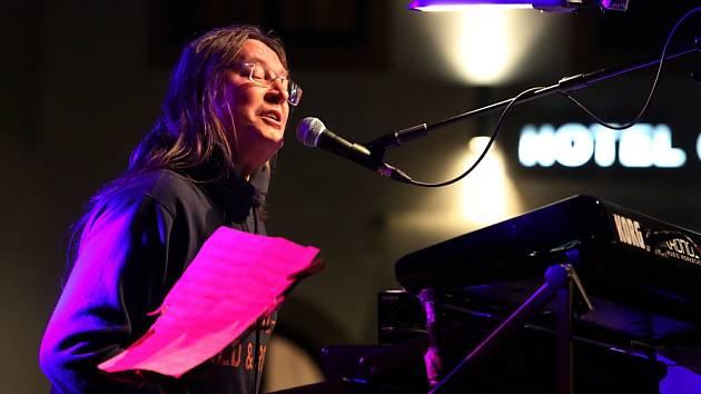 Zpěvák, pianista, skladatel Roman Dragoun natočil s kapelou His Angels na album Andělé ve studiu SONO svých 12 hitů.