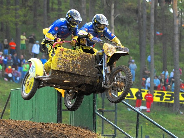 Bratři Václav a Marek Rozehnalové letí v Jiníně vstříc druhému místu v závodě MS v sajdkárkrosu.