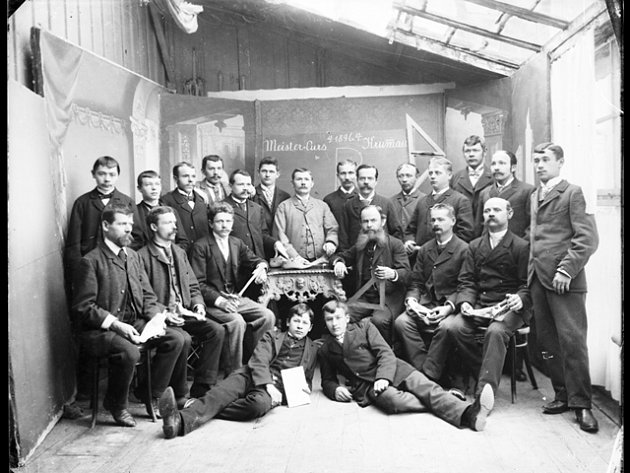 Snímek z archivu Muzea Fotoateliér Seidel. Meister - Curs Krummau, 1896.