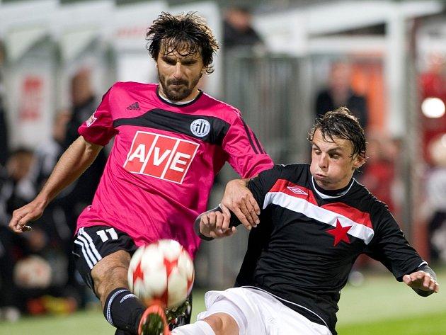 Milan Nitrianský v zápase s Dynamem bojuje s Matejem Krajčíkem.