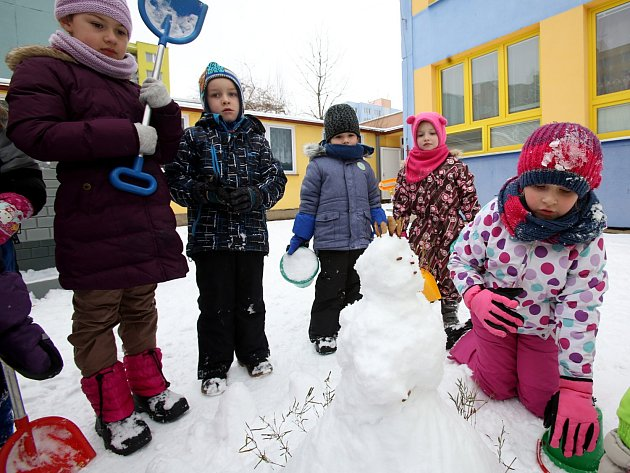 Sníh sice moc nelepil, přesto si děti ze školky v Jizerské svého sněhuláka postavily