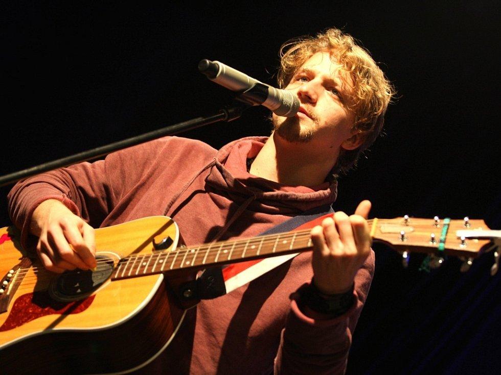 Za co Pane Bože, za co, trestáš tento prostý lid, když na něho snnášíš akustický smog v podobě protest songů Tomáše Kluse, píše muzikolog Jan Blüml.