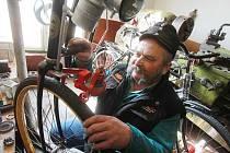 Bicykl pro hasiče z období I. světové války opravuje českobudějovický autokarosář Jiří Šindelář,  aby s ním potěšil milovníky historie na srazech veteránů nebo hasičů.