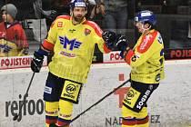 Matouš Venkrbec (vlevo) přijímá gratulaci ke gólu od Ivana Lytvynova.