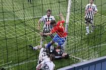 Pavel Kučera za asistence Michala Doležela a Mariána Jarabici zasahuje před plzeňským Davidem Střihavkou, jenž poté míč protlačil do sítě, gól ale pro jeho faul neplatil.