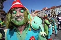 V Samsonově kašně na českobudějovickém náměstí Přemysla Otakara II. zvali v pondělí zelení mužíčci veřejnost na velké setkání vodníků a jiných pohádkových bytostí, které začalo v pondělí a potrvá do pátku v Chlumu u Třeboně.