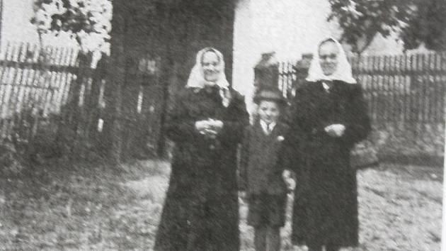 Marie Koukolová musela po uvěznění svého manžela obstarávat hospodářství sama. Na fotografii je zachycena se svým osmiletým synem Karlem a se svou matkou Kateřinou Kabelovou.